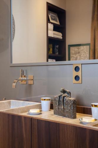 bathroom-sculpture