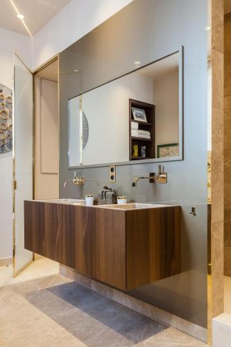 gold-gilded-bathroom