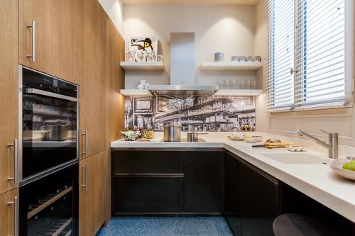small-parisian-kitchen