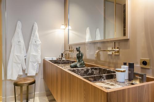 wood-bathroom-paneling